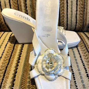 Shoes - Flower white wedge